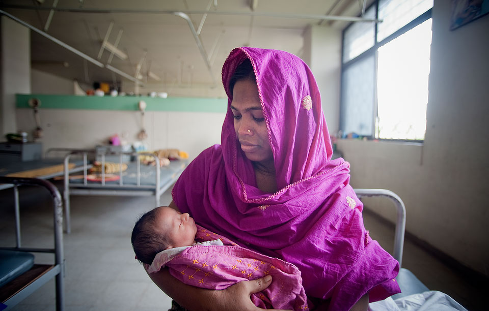 A mother and her newborn baby at the Maternal and Child Health Training Institute for medically needy in Dhaka, Bangladesh. UN Photo/Kibae Park