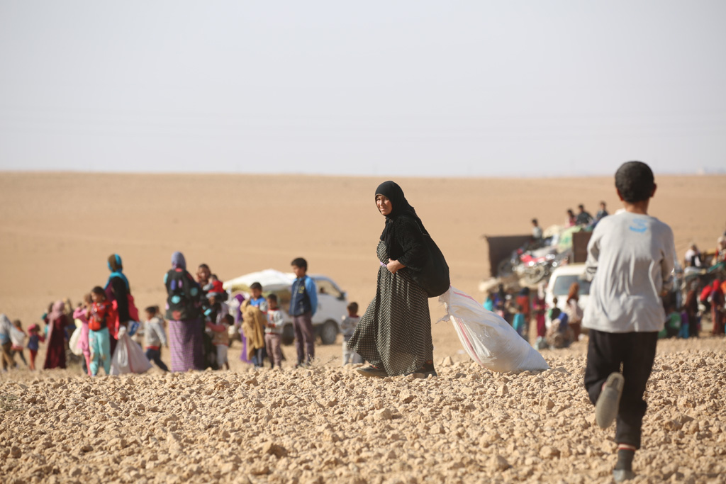 Displaced children and adults are seen after fleeing from ISIL-controlled areas in rural Raqqa, Syria, to Ain Issa, the main staging point for displaced families, some 50 Km north of Raqqa city. Photo: UNICEF/Soulaiman (file)