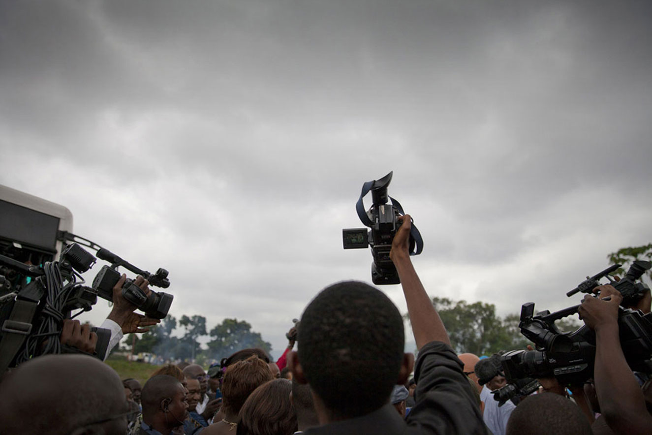 A crowd of journalists in Maluku transit camp, on the outskirts of Kinshasa, the capital of the Democratic Republic of the Congo, where citizens of that country, deported from Brazzaville, Republic of the Congo, have gathered. (23 May 2014). UN Photo/Sylvain Liechti