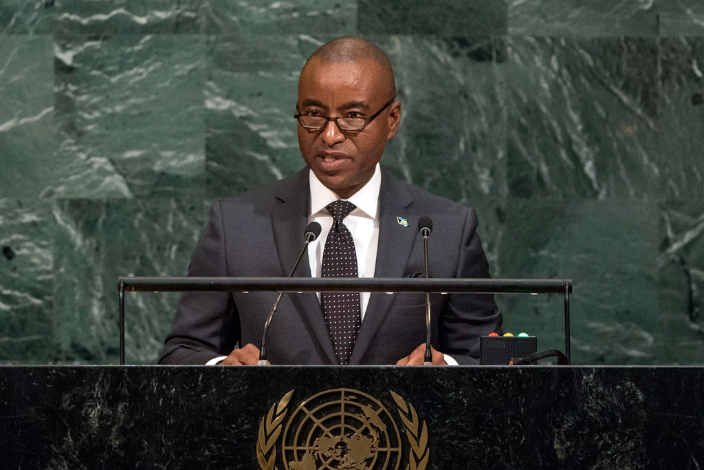 Darren Allen Henfield, Minister for Foreign Affairs of the Commonwealth of the Bahamas, addresses the general debate of the General Assembly's seventy-second session. UN Photo/Cia Pak