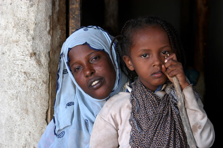 Six-year-old Asmah Mohamad, who was forced to undergo the painful FGM/C procedure, is is comforted by her mother Bedria. © UNICEF/NYHQ2005-2229/Getachew
